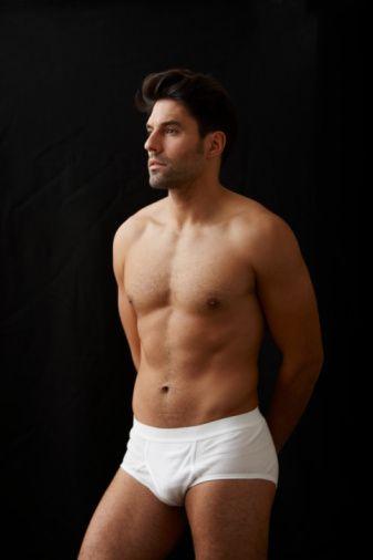 9- DAR İÇ ÇAMAŞIRLARI GİYİYORSA  Vücut dili uzmanları, vücut hatlarını olduğu gibi ortaya koyan iç çamaşırlarını tercih eden erkeklerin aşırı özgüvenli tipler olduğunu söylüyor. Asker desenli modelleri tercih edenler risk almaktan hoşlanırken, beyaz giyenler kendilerine en çok güvenenler. Bu güvenleri cinsel hayatlarında da belirgin bir şekilde fark ediliyor.  Ünlü yıldız futbolcu David Beckham'ın rol aldığı iç çamaşırı reklamlarında neden bu kadar seksi gözüktüğünü sanırız şimdi anladınız!