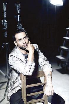 DENİZE ATLARKEN KAFAMI ÇARPTIM   Gökhan Özen'in başına gelen olayın bir benzeri bu yılın Eylül ayında bir başka şarkıcının Doğuş'un da başına geldi. Üstelik yine Kıbrıs Girne'de...