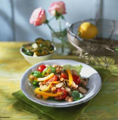 Hazırlanışı:  Yeşil mercimeğin üstünü 1 parmak geçecek kadar su ekleyin ve haşlayın. (Pişmemişse su ekleyip haşlamaya devam edin) Pirinci yıkayıp 1 su bardağı suyla haşlayın. Mercimeği süzün. Soğanı piyazlık doğrayın, içine 1 demet semizotu koyun. Yeşillikleri doğrayın, baharatlar ve limon suyu ile salataya ekleyin.   NOT: Buzdolabında dinlendirilip ikram edilince daha lezzetli oluyor.