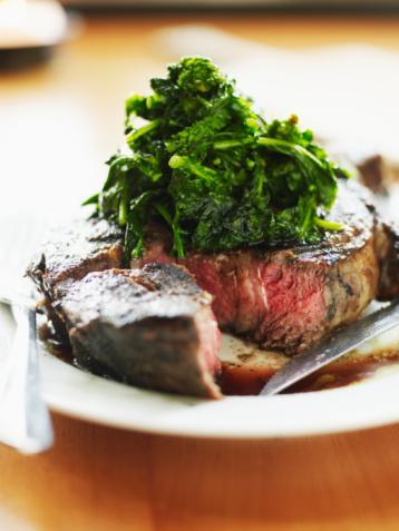 Hazırlanışı: Sebzeleri yıkayın, doğrayın ve haşlayın. Biftek dilimini suda haşlayın. Fırın tepsisine bifteği üzerine de sebzeleri yerleştirin. Süte mısır nişastasını ve rendelenmiş peyniri karıştırıp baharatları ekleyin. Sütlü karışımı biftek ve sebzelerin üzerine dökün. 200 derecelik fırında 25 dakika pişirin.
