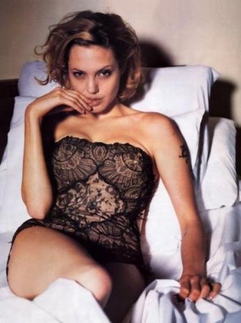 Angelina Jolie yatakta poz vermeyi en çok seven ünlülerden biri.