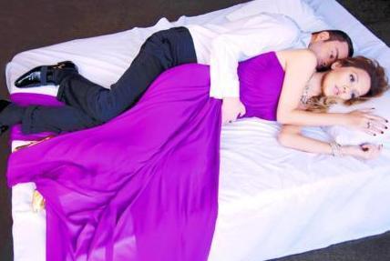Demet Akalın ve eski eşi Oğuz Kayhan da yatak pozu vermişti.