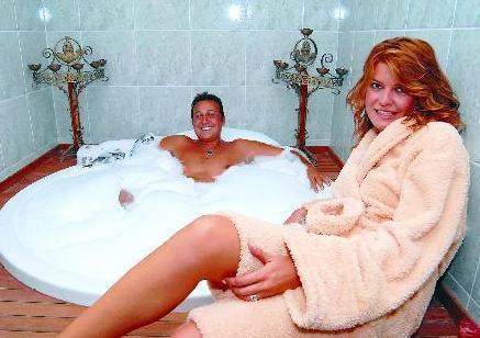 Çiftin banyodaki bu pozu da uzun süre konuşuldu.  (Hürriyet)