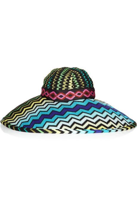 3.Geniş omuzları dengeleyin 70' lerin geri geldiği bu sezon, geniş kenarlı şapkalardan  faydalanmanın tam da sırası. Omzunuzu daha dar göstermenin yanı sıra, belinizide incektecek.