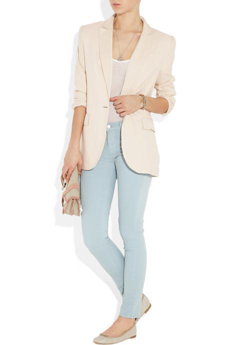 14.Kalçalarınızı gizleyin Uzun ve dökümlü  bir 'blazer' ı kalça ve basenlerinizi  örtmek için  kullanın.  İnce uzun yakalı bir modeli  tercih edin ve kollarını kıvırarak bileklerinizi açıkta bırakın.