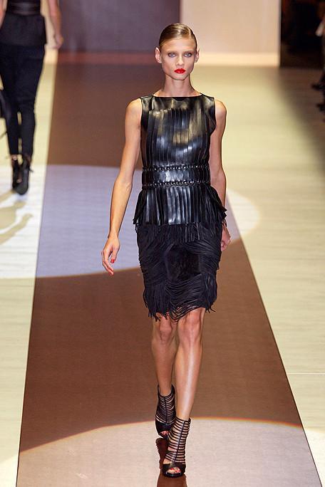 16.Kum saati siluleti Gucci' nin elbisesindeki gibi kayık yakalar dar omuzları daha geniş gösteriyor. Vücuda oturan bu elbise  kalçadaki  saçakları sayesinde  aynı zamanda beli daha ince gösteriyor.Minimalizimin ustası Celine ve MaxMara  da bu görünüme yaz koleksiyonlarında yer verdi.
