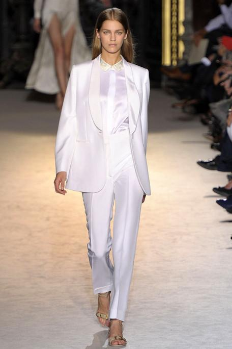 18.Beyazla incelin Bu  yazın  beyazları dökümlü ve uzun bir siluet yaratmak için  bir araya geliyorlar. Bacakları ince gösteren dökümlü pantolonları gövdeyi uazatan  smokin ceketlerle giyin.