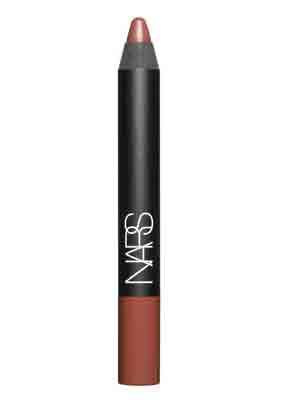 En iyi ruj  Yoğun pigmentli kalem biçimindeki ruj, uygulanışının kolay olmasının yanı sıra  içeriğindeki E vitamini sayesinde  dudakalrı kurutmayan bir yapıtya sahip.  NARS, Velvet Matte Lip Pencil  Fiyat : 54 TL
