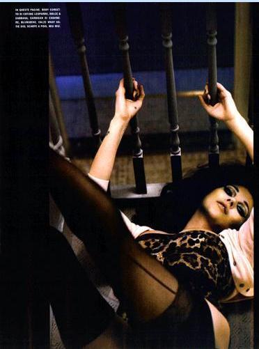 Vogue dergisinin İtalya edisyonunda yayımlanan Nick Kinght imzalı fotoğraflarda Kate Moss, Sophia Loren gibi.  Fetiş konusunun işlendiği çekimlerde 36 yaşındaki top modelin değişimini, Hakan Yıldırım'ın da çalıştığı stil danışmanı Edward Enninful sağladı.