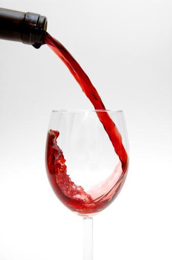 Akşam öğününde 1 kadeh şarap için  Neden?   Akşam saatlerinde bunaltıcı sıcaklar yerini hafif bir serinliğe bırakıyor, ısı birkaç derece düşüyor ve hafif bir esinti çıkıyor. Bu saatler hafif bir içki almanın tam zamanı.  Ne içmelisiniz?     Soğuk bir kadeh şarap akşam öğününün iyi bir eşlikçisi olabilir. İçerdiği şeker sayesinde enerji verirken, damar sistemi üzerinde olumlu etki ederek damarların genişlemesini sağlıyor.