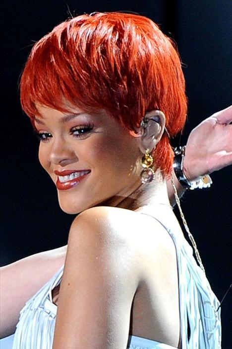 Rihanna  Saçlarında her modeli ve rengi deneyen, hiçbir çılgınlıktan çekinmeyen Rihanna, son olarak nar rengi saçlarını kırpık kırpık kısacık kestirdi.