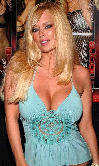 Bugüne kadar en çok para kazanan kadın porno yıldızı olan Jenna, ticari hayatta büyük başarılar elde etti. Yıllık 30 milyon kazanan şirketini Playboy'a sattı.