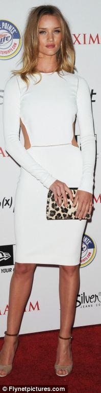 Rosie Huntington Whitheley  Max Mara elbisesiyle sade, şık ve seksi. Elbisesinin tamamladığı ten rengi ayakkabıları içinde bizden artı puan alıyor.