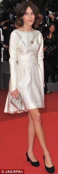 Alexa Chung Cannes'da 60'lı yollardan kalma bir Balenciaga  giyiyor. Elbise her ne kadar şık olsa da, Chung'ın aşırı zayıflığı elbisenin bütün albenisini yok ediyor.
