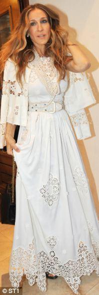 Sarah Jessica Parker'ın bu Dolce & Gabbana elbisesini de sakın yapmayın kısmına kolayca ekleyebiliriz.