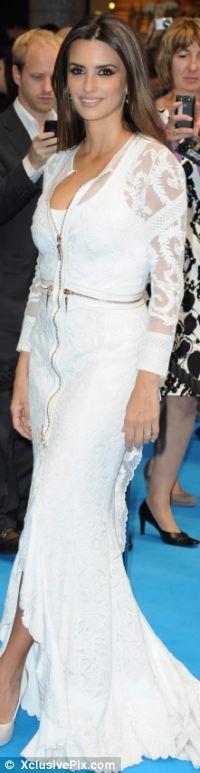 Penelope Cruz Givenchy tasarımı fermuarlı ve dantelli bir elbise giyiyor. Bize sorarsanız elbise çok karışık ve göz yorucu görünüyor. Neyse ki güzel yıldız  basit makyajıyla durumu eşitlemiş.