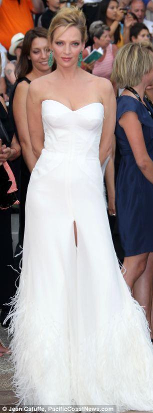 Uma Thurman Cannes Film Festivali'nin açılışında seçtiği  Versace elbise ise bir gelinliği andırıyordu. Derin yırtmacı ve tüylü kuyruğuna biz özellikle bayıldık.