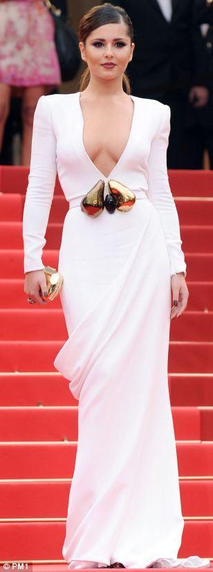 Cheryl Cole beyaz elbisesiyle daha seksi bir görünüme kavuşmuş. Derin göğüs dekolteli ve sivri omuzlu bu  Stephane Rolland tasarımı elbisenin beline ise büyük tokalı bir kemer takılmış.
