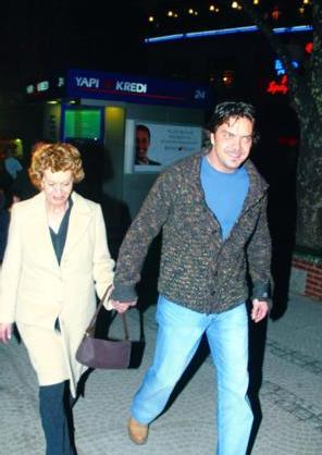 Şovmen Beyaz'ın annesi olan Nurten Hanım magazin basınına da oldukça aşina.