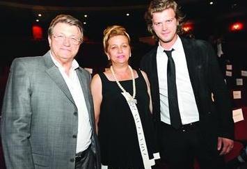 Oğlu Kıvanç Tatlıtuğ'un şöhretinde en büyük destekçisi olan Nurten Hanım, ilk kez eşi ile katıldığı özel bir gecede görüntülendi.