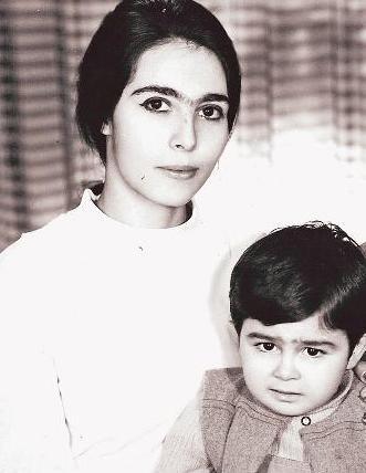 NESRİN ORTAÇ  İlk albümü ile müzik listelerini alt-üst eden ünlü popçunun annesini tanımak hiç de zor değil.