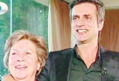 Ünlü rockçı Teoman annesi Şaziment Hanım ile birlikte.
