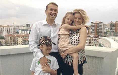 Alara Koçibey-Cem Uzan:   1996'nın yaz aylarında bir arkadaşları aracılığıyla tanışan Rumeli Holding'in veliahtı Cem Uzan ve Alara Koçibey 5 Kasım 1997'de Amerika'da sade bir nikahla evlendi.   Çiftin, Renç Emre (14) ve Yasemin Paris (8) adını verdikleri iki çocuğu dünyaya geldi. Çift pek çok badire atlattı;   TMSF tarafından ailenin tüm mal varlığına el konulduğunda da, Cem Uzan Genç Parti'yi kurup seçim gezisine çıktığında da, Alara Koçibey, eşinin yanında yer aldı.   Ancak hakkında uluslararası 'kırmızı bülten' çıkarılan Uzan'ın, geçtiğimiz ekim ayında Paris'e taşınması evliliklerin sonunu getirdi.
