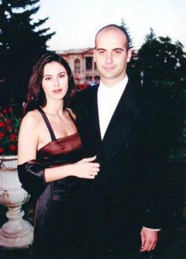"""Defne Samyeli-Eren Talu:   1995'te dünyaevine giren Samyeli ile Talu, 'kusursuz çift' olarak görünüyordu.   İki kızları olan ikili, 14 yıllık evliliklerini oldukça olaylı bir biçimde sonlandırarak geçtiğimiz yıl haziran ayında ayrıldı, sonrasında medya aracılığyla birbirlerine saldırdı.   Talu verdiği bir röportajda Samyeli'yi ihanetle suçlamıştı: """"Defne ile iki şişe votka içip seviştik, her şeyi itiraf etti. El Cezire TV'den Richard Gizbert adlı adama âşıkmış."""