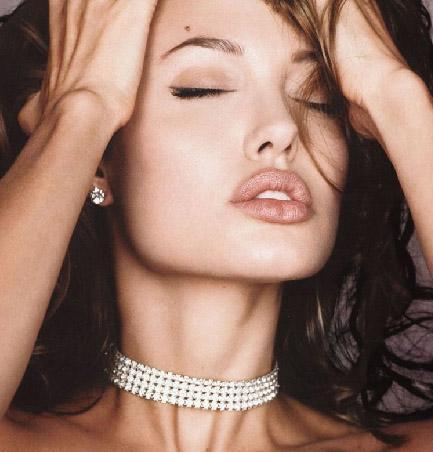 ANGELINA JOLIE  Her ne kadar dünyanın en yakışıklı erkeği onun sevgilisi olsa da gittiği her yerde bütün gözler ona yönelse de Angelina Jolie'nin de kusurları var.   En büyük kusuru da dudak çevresini gölgeleyen kırışıklıkları. Henüz 32 yaşında olan Jolie'nin bu kırışıklıklarının aşırı kilo kaybı yüzünden olduğu konuşuluyor.