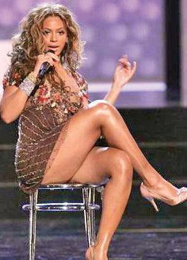 BEYONCE   Beyonce'nin en çok göze çarpan kurusu fazla kiloları ve kalın baldırları.