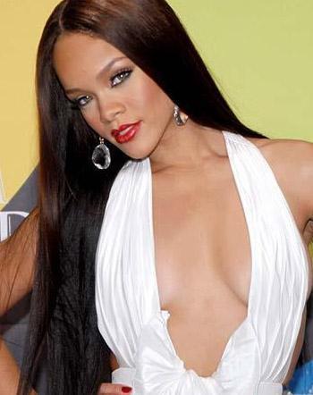 RİHANNA   Beyonce'nin en büyük rakibi Rihanna'nın göğüslerine silikon yaptırdığı iddiaları var.