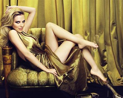 Johansson bu özelliğinden pek hoşlanmıyor ama kimse onun güzelliğinden gözlerini alıp büyük ayaklarını fark etmiyor bile.