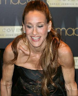 Üstelik omuz ve kol kasları da bir kadından çok bir erkeği andırıyor.