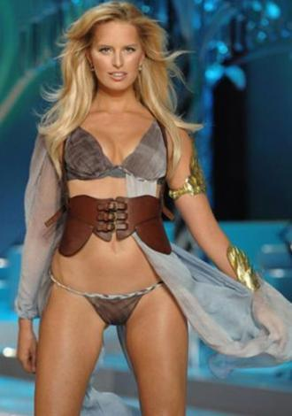 KAROLINA KURKOVA  Victoria's Secret meleği Karolina Kurkova ilk bakışta kusursuz gibi görünüyor. Ama Kurkova'nın bir göbek deliği yok..