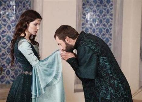 Hünkarına saygıyı yüzünden aşkını kalbine gömen Pargalı'nın dünyası bir ara Hatice Sultan nişanlanınca yıkıldı.   Ama sonra hayatının aşkına kavuştu. Görkemli bir törenle onunla evlendi.