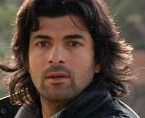 ROMANTİK AŞIK KERİM:  Fatmagül'ün Suçu Ne dizisinin Kerim'i de genç kızların hayallerini süsleyen aşıklardan biri.