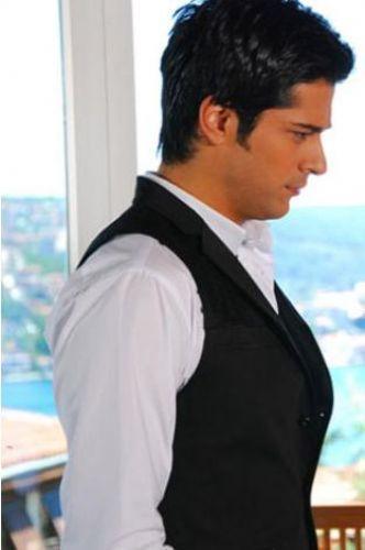 Çetin'i canlandıran Burak Özçivit de Türkiye'nin taçlı yakışıklılarından.