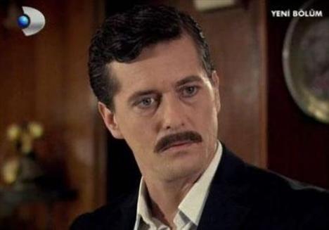 Aşık olduğu Aylin'in kuzeni Mesude ile evlenme kararıyla dizi tutkunlarını kızdıran Soner karakterini Mete Horozoğlu canlandırıyor.