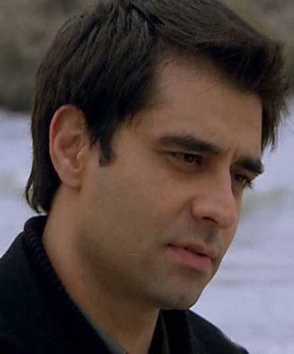 Başından mutsuz bir nişanlılık geçen Murat Hoca, aşık olduğu Hasret'e bir türlü kavuşamadı.