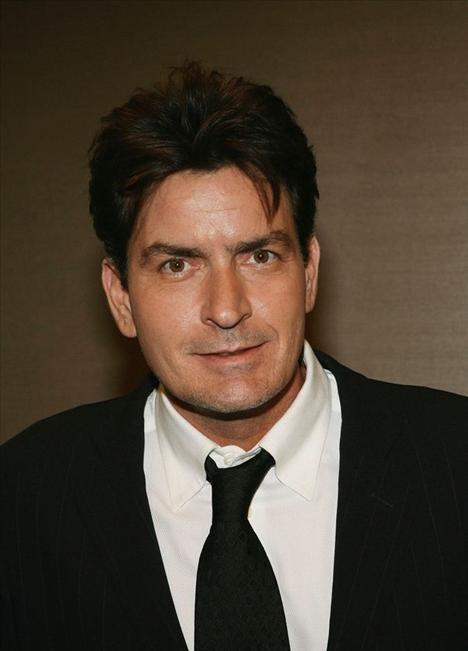 Charlie Sheen: 1990'ların gelecek vaat eden aktörü Charlie Sheen, 1995 yılında Hollywood'da ünlülere kadın sağlayan Heidi Fleiss'in kızlarıyla birlikte olduğunu ve kendi servetini bitirecek kadar çok para harcadığını itiraf etmiş, büyük tepki toplamıştı.