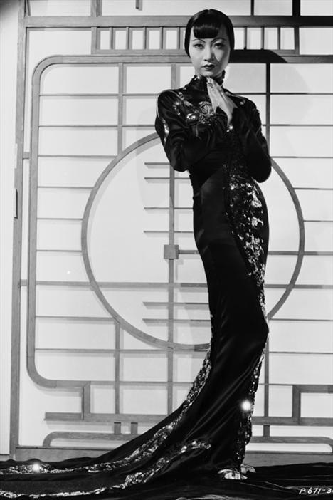İlk Çinli Amerikalı yıldız Anna May Wong kariyerine sessiz sedasız başladı. Fakat zamanla 1930'lu yılların ikonlarından biri haline geldi. Uzakdoğu merakının başlamasındaki önemli nedenlerden biri sayılabilecek May Wong'un filmlerindeki tarzına bakıp, örnek alabiliriz.