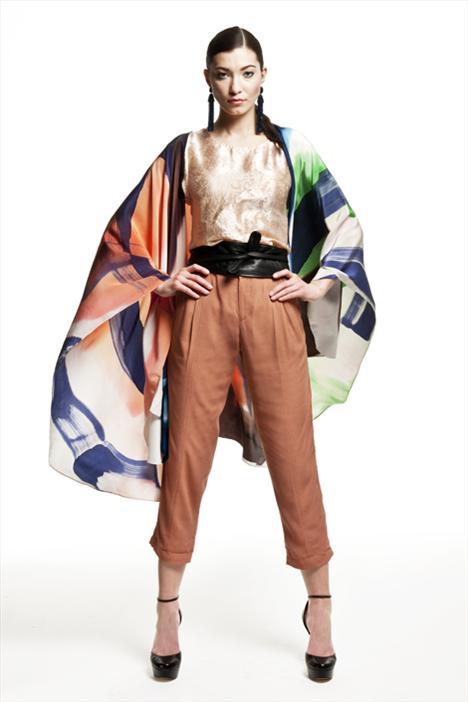 Uzakdoğu stilini kıyafetlerinize uydurmak için ille de bütün gardırobunuzu baştan aşağıya yenilemenize gerek yok. Renkli bir pelerin ve parlak bir bluz, kolaylıkla istediğiniz etkiyi yaratacaktır.