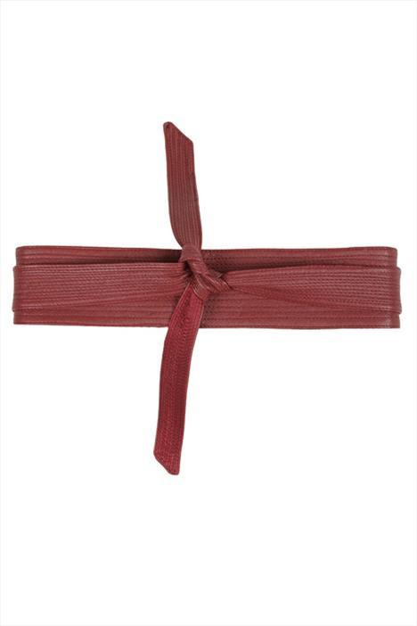 Japon tarzı obi kemerleri kullanırken uymanız gereken bazı kurallar vardır. Mesela farklı düğüm tarzları farklı anlamlar ifade eder. Fakat basit bir deri kemer de kuralları yıkmak ve Uzak Doğu'ya selam çakmak isteyen şık kadınların işini görecektir.