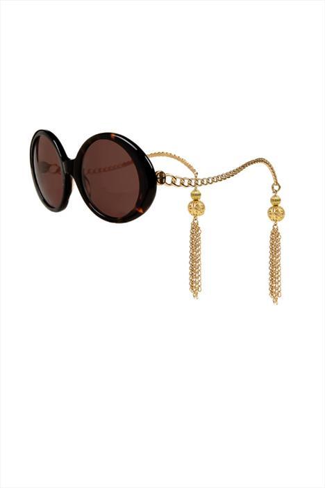 House of Harlow'un  'Sasha' güneş gözlükleri ve arkasındaki püskülleri sayesinde, bunları taktığınızda küpe takmanız gerekemeyecek.