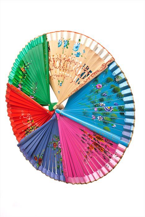 Bu yaz serin kalmak için çevre dostu bir yöntem deneyebilir be Japon esintili, floral ve renkli yelpazeler kullanabilirsiniz.
