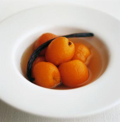 CUMA – DETOKS GÜNÜ  Bugün açlık halinde 1  adet elma ve 4 grissini yenilebilir.  Kahvaltı : Taze meyve(üzerine toz tarçın dökülerek 2 dilim ananas, 1 adet yeşil elma, 1 ader kivi, 1 adet armut),  3 adet yarım ceviz veya  komposto ( 4 adet yeşil elma, tarçın, karanfil ve kuru üzüm  1.5 litre suda kaynatılarak, meyveleri ile birlikte  yenilecek.)  Öğle : Bir bağ semizotu, 3  adet enginar, çok az bulgur, 1 tatlı kaşığı biber salçası, soğan, sarımsak, 1 tatlı kaşığı sıvı yağ, maydanoz ve acı biber 1 litre  suda pişirilerek yenilecek.  Akşam : Öle öğününün aynısı yenilecek. Ara öğünlerde 2 adet yeşil elma ve kuru kayısı yenilecek, bitki çayları içilecek. Atıştırmalık olarak çavdar ekmeği ve diyet bisküvi yenilebilir. Rezene çayı içilebilir. Sabah erken, akşam geç saatte form çayları içilebilir.