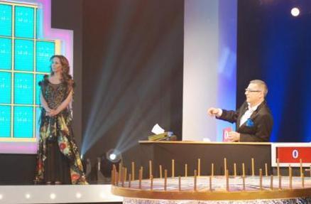 ASENA DA HOSTES OLDU  Şöhret olduktan sonra hosteslik yapan ünlülerden biri dansöz Asena..
