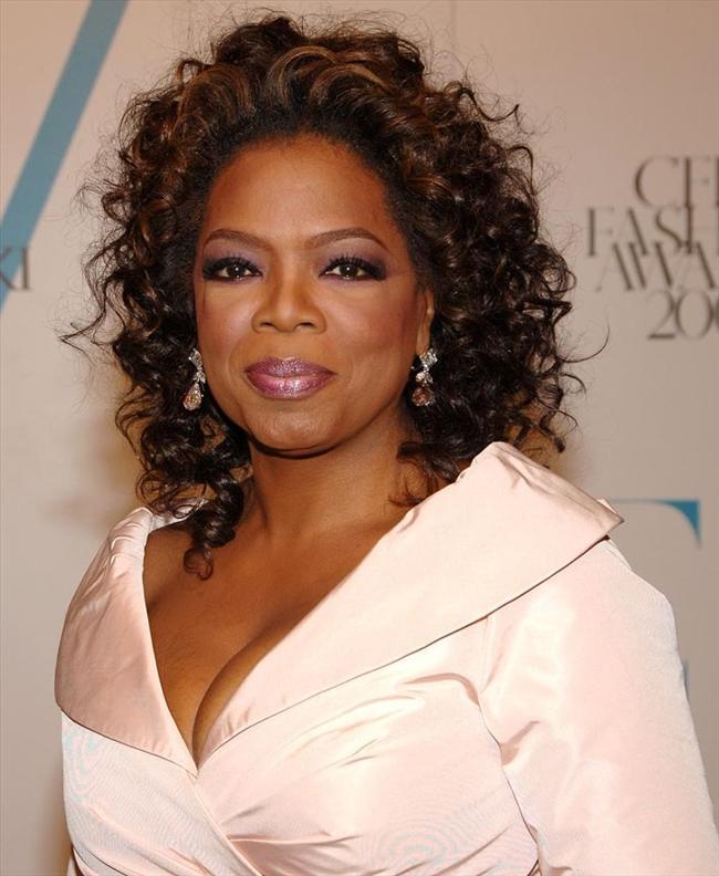 2- Oprah Winfrey  Listenin ikinci sırasında Amerikalı televizyon sunucusu Oprah Winfrey var. Geçen yıl listede birinci sırada olan Winfrey'nin yıllık geliri 290 milyon dolar.