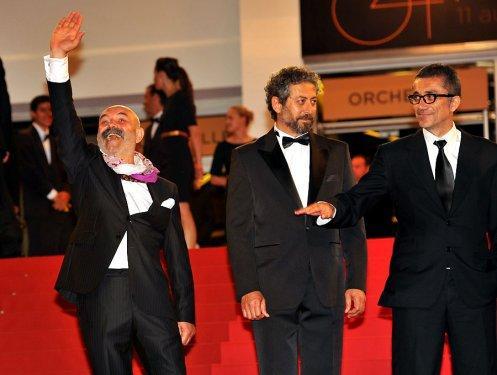 Gösterim öncesinde Nuri Bilge Ceylan ve filmin başrol oyuncuları kırmızı halıda birlikte yürüdü.