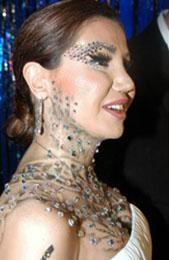 CEYLAN'IN PIRILTI TUTKUSU   Şarkıcı Ceylan bir albümünün tanıtımı sırasında yüzünü ve boynunu Swarovski taşlarla kaplatıp fotoğraf çektirmişti.